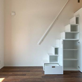 【LDK】ロフトへの階段も収納になっています。