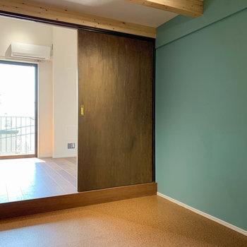 【洋室】ロフト下ですが小下がりになっており、天井の高さは2mくらいありました。