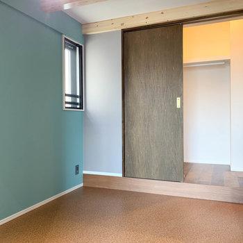 【洋室】ロフト下に洋室。扉の奥にはウォークインクローゼット。