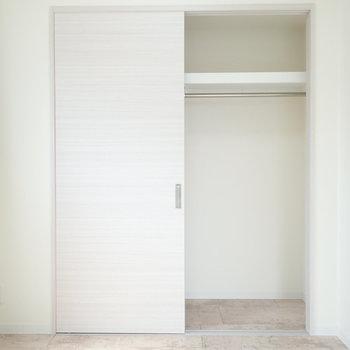 洋室の収納はお洋服専門に。