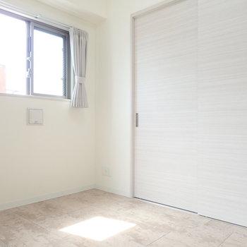 洋室はこじんまりサイズ。ベッドを置いていっぱいかな。