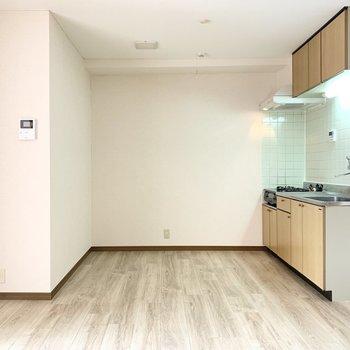 【LDK】キッチンは広々と使えますね。