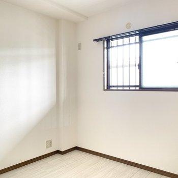 【約4.5帖洋室】優しい光が入ります。窓からは共同廊下が見えます。