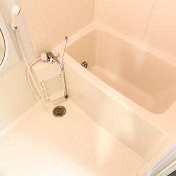 お風呂はシンプルです。丸い鏡がキュート。