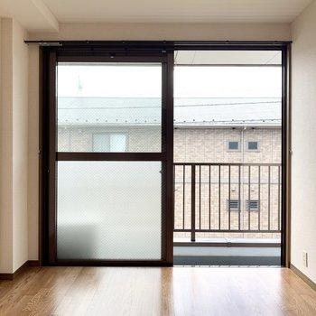 【約5.5帖洋室】南西向きの窓から明るい光が差し込みます。