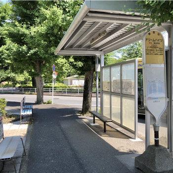 戸塚駅行きのバスは本数も多く、停留所には屋根付きです。