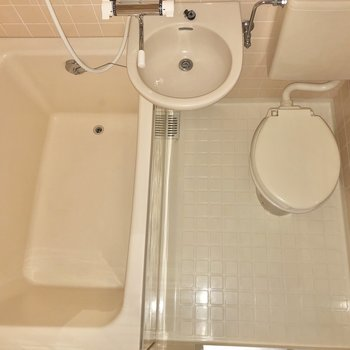 お風呂は3点ユニットです。※写真はフラッシュを使用しています