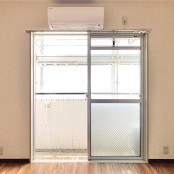 窓の左右にコンセントが設置されています。
