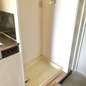 玄関側には洗濯機置き場。