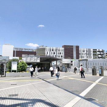 戸塚駅周辺には大型の商業施設が立ち並びます。