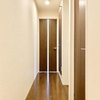 手前から洋室、トイレ、洗面室のドアです。