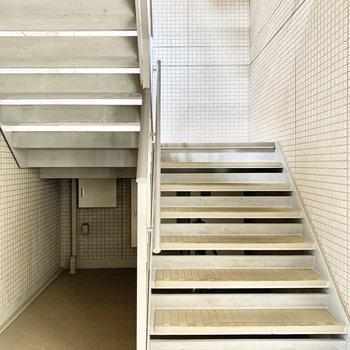 階段の幅は広めですよ。