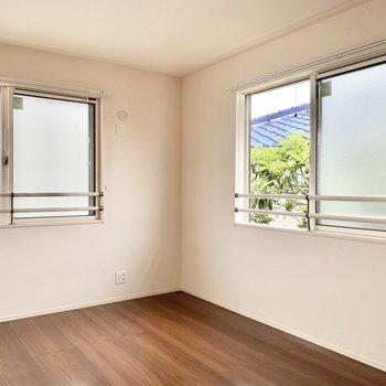 【洋室】2面採光で空気も通りやすい。