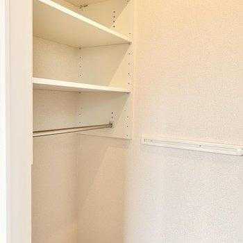 【洋室】左はかばんや小物を収納しやすそう。
