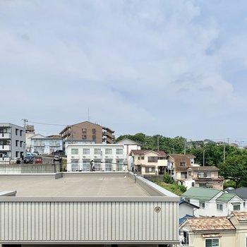 【バルコニー眺望】緑も青空も見えますね。