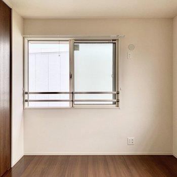 【洋室】濃い茶色の木目調がお部屋の印象を引き締めてくれます。