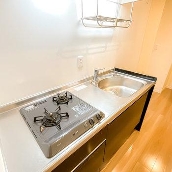 省スペースに洗い物を乾かせる水切りラック付き。シンクボードがあると料理もしやすく!