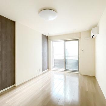 洋室は8.7帖。左の壁の茶色い部分は……