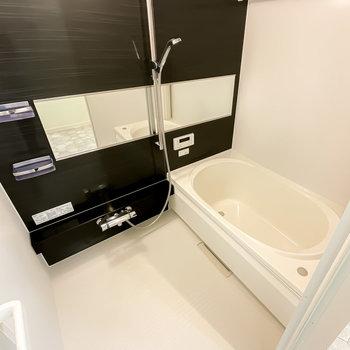 モノトーンの落ち着くバスルームはワイドミラーで開放感も。しかも、追い焚き・浴室乾燥機付き!