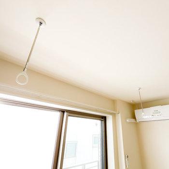 窓の前には着脱式の竿受けもあるので、部屋干しもできます。浴室乾燥機と併せて使いましょう。