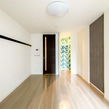 扉を開けると個性豊かな空間が広がる。さらに、シンプルで高級感のあるインテリアも楽しめるんです。