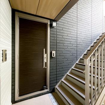 玄関前の共用部は、木目調の天井でちょっとしたホテル感も。