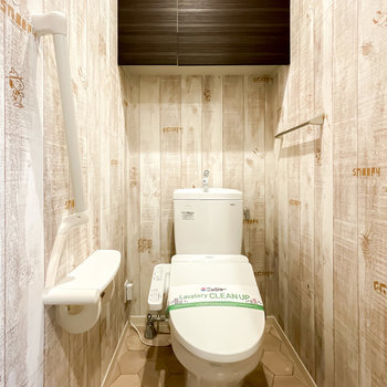 トイレはウォシュレット付き。四方を囲む木目調の壁はよく見ると……
