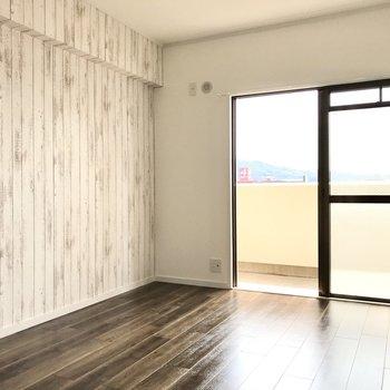 こちらは約6帖の洋室。テレビも置けるので寝室使いにぴったりです!