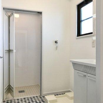 廊下へ出て、脱衣所へ。床のタイル模様が可愛い◯