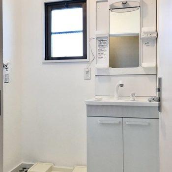 コンパクトですが使いやすくて綺麗な洗面台。窓もあるので明るい空間です!