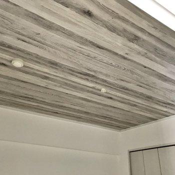 天井にはシャビーなアクセントクロス。床と統一感がありますね◯