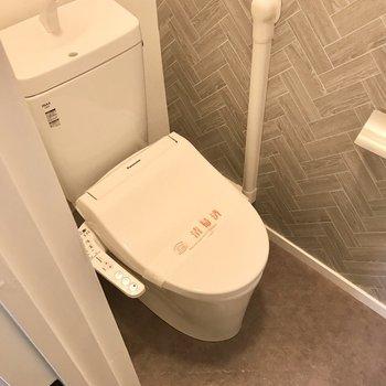 トイレもさりげないアクセントクロス。ウォシュレット付きですよ!