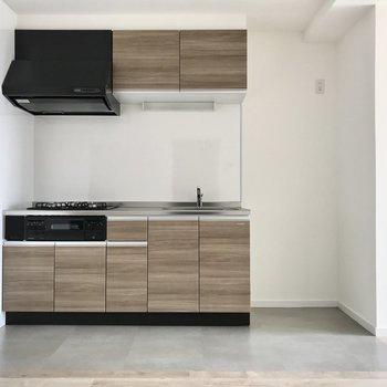 キッチンは木目調。隣に冷蔵庫も置けますよ