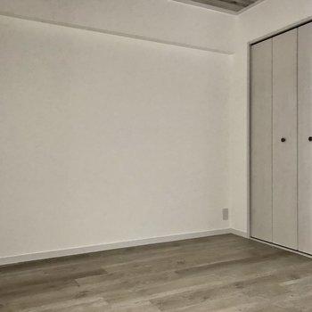 もう1部屋の洋室は窓なしなので暗めです。ここは書斎使いが良いかなぁ?