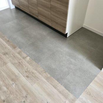 キッチン部分だけ床の模様が違いました…!メリハリが生まれてますね◯