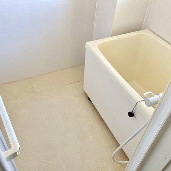 突き当たりに窓付きのお風呂。サーモ水栓ついています。