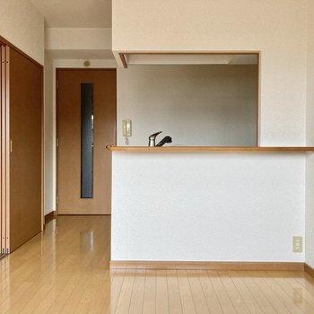 キッチンは対面キッチン!手前にダイニングセットを置いてもいいなぁ。(※写真は2階の同間取り別部屋のものです)