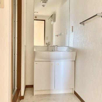 鏡がとっても大きい!使いやすい独立洗面台ですね。(※写真は2階の同間取り別部屋のものです)