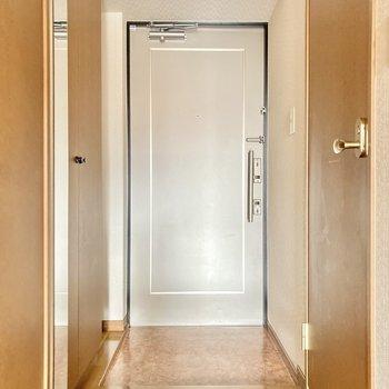 玄関はちょっとコンパクト。(※写真は2階の同間取り別部屋のものです)
