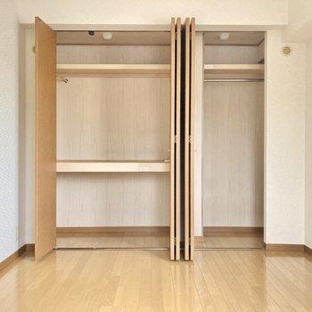 収納は高さのあるハンガーポールもついているので、コートやワンピースも掛けられますね。(※写真は2階の同間取り別部屋のものです)