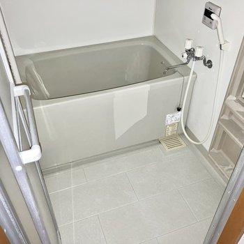 お風呂はシンプルタイプ。ゆったり肩まで浸かれますね。(※写真は2階の同間取り別部屋のものです)