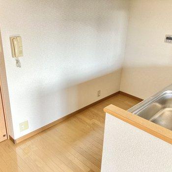 キッチン後ろもゆったりしています◎食器棚も置けそうですね。(※写真は2階の同間取り別部屋のものです)