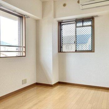 こちらは5.7帖の洋室。2面採光で暗さは感じません◎(※写真は2階の同間取り別部屋のものです)
