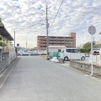 駅までの道のりは交通量も少なめ。