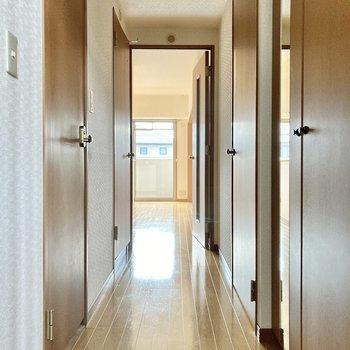 玄関前の廊下に水回りがありますよ。(※写真は2階の同間取り別部屋のものです)