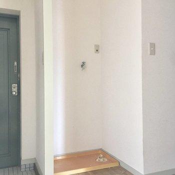 玄関横に洗濯機置き場です。帰ってきてすぐ靴下をぽいっとね。(※写真は清掃前のものです)
