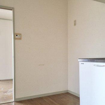 キッチン横には冷蔵庫置き場。大きなサイズもすっぽり置けます。(※写真は清掃前のものです)