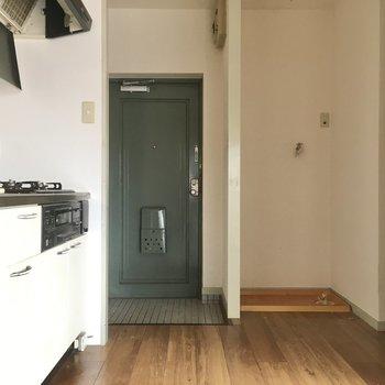 続いてキッチンスペースへ。玄関入ってすぐキッチンです。(※写真は清掃前のものです)