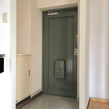 玄関はゆったりとしています。(※写真は清掃前のものです)