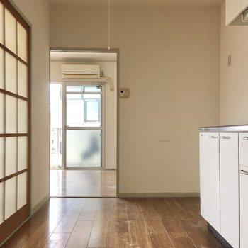 キッチン部分は窓はないですが、ガラス戸のおけげで光がはいりますね。(※写真は清掃前のものです)